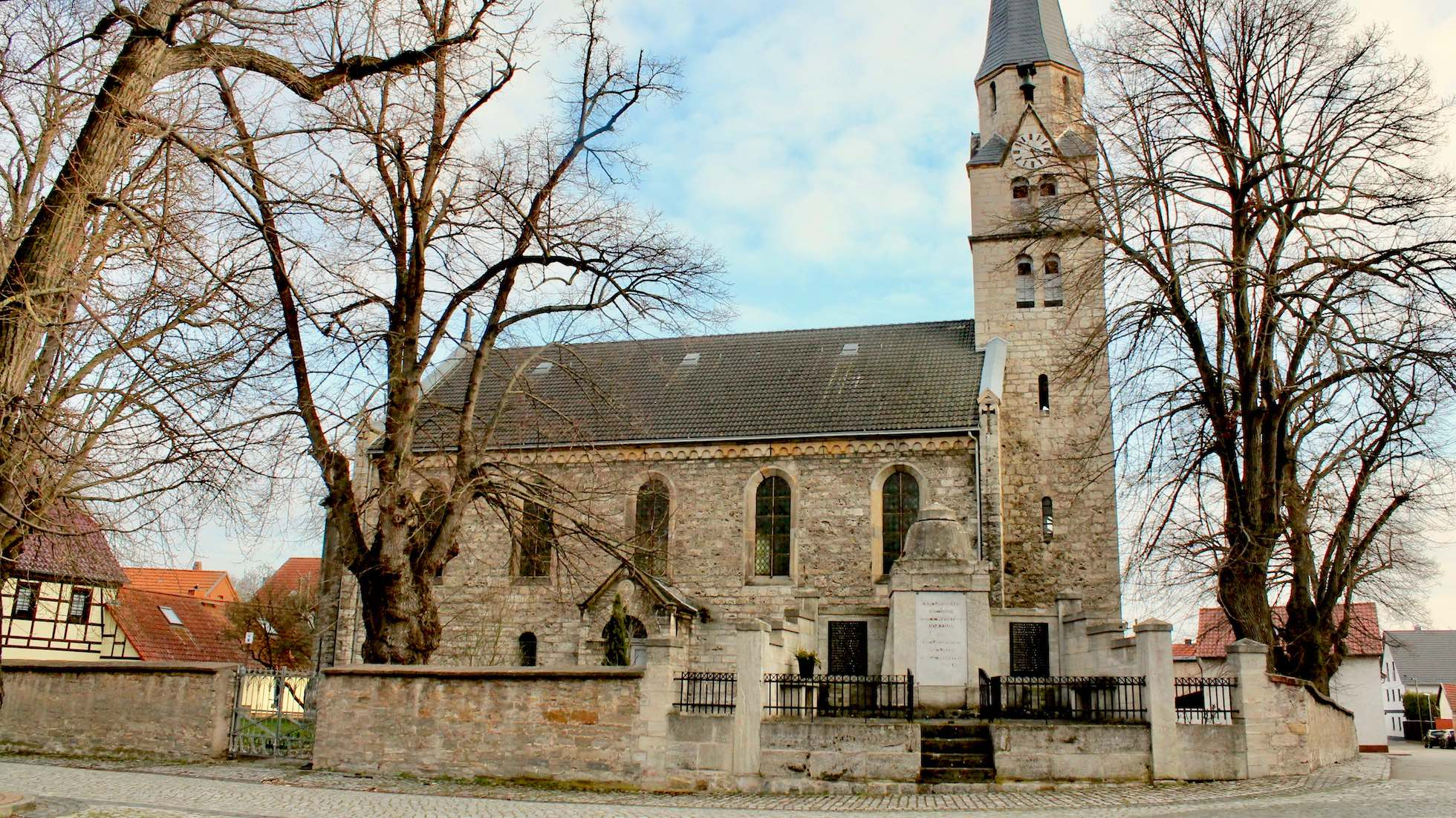 Frontalansicht der Kirche in Dachwig